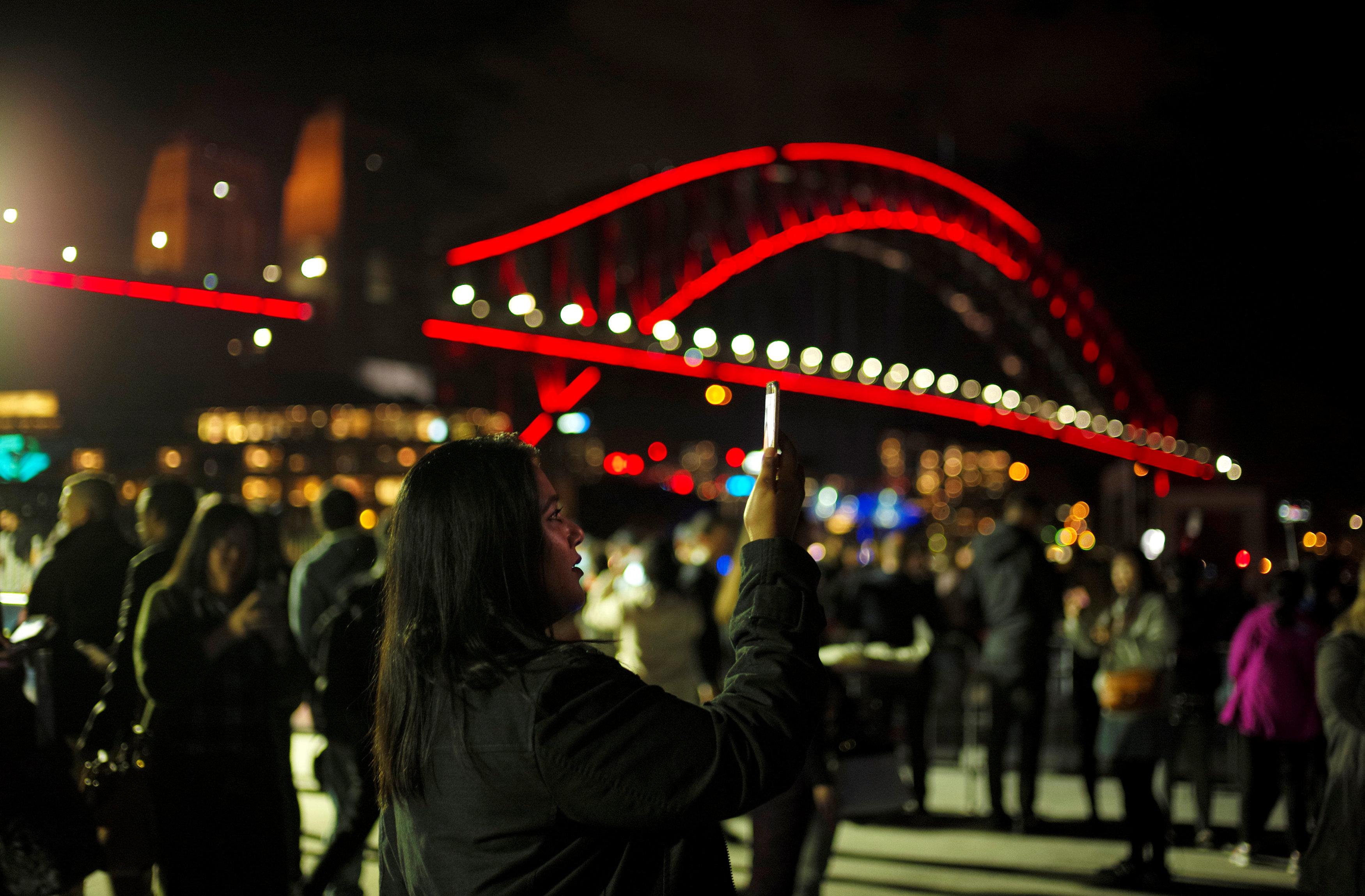سيدة تلتقط صورة سيلفى خلال فعاليات مهرجان سيدنى