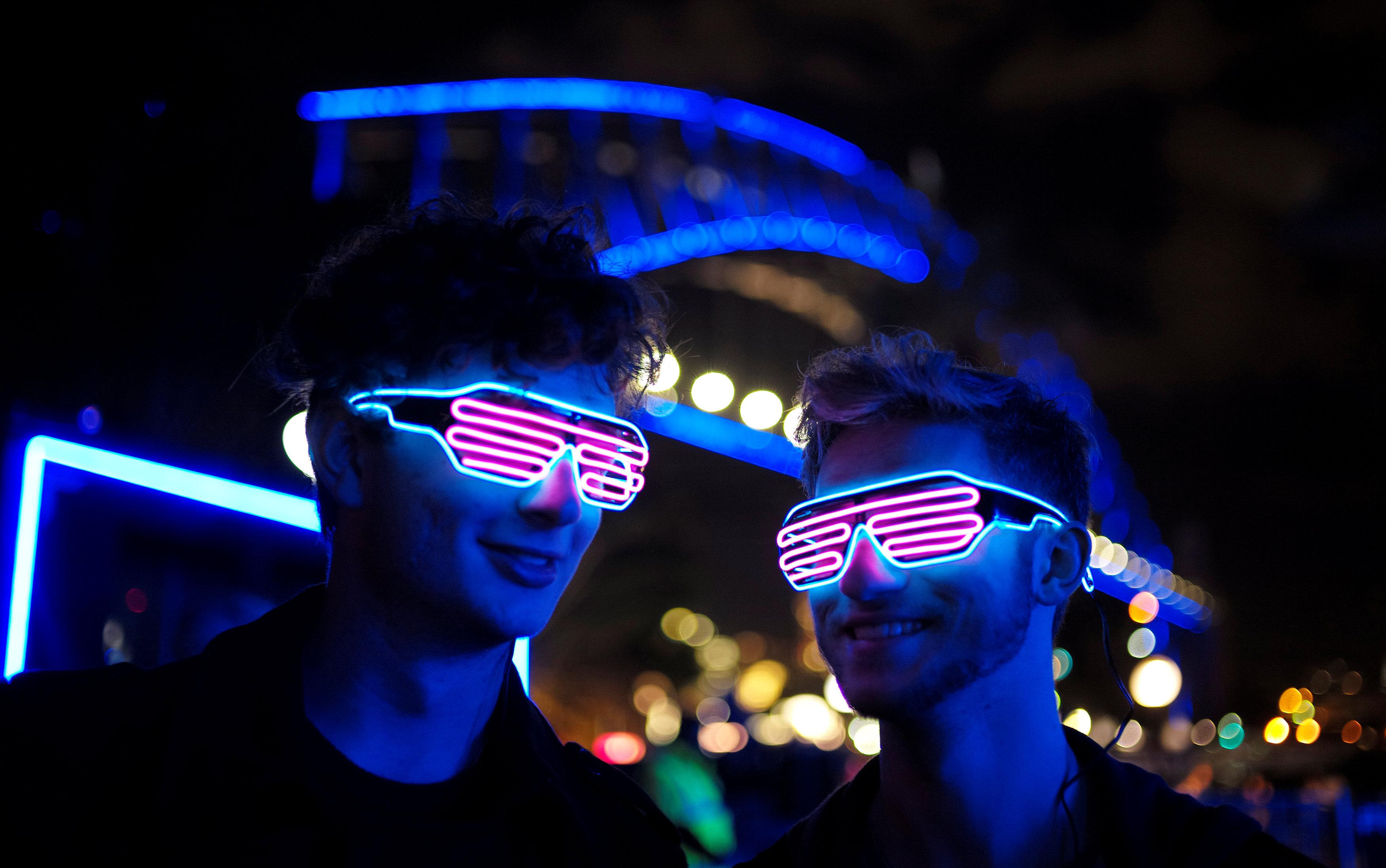 شباب يرتدين نظارات مضيئة فى مهرجان سيدنى