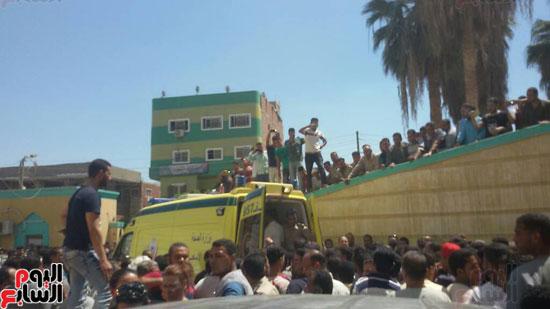 سيارات-الاسعاف-تنقل-المصابين-فى-المنيا-(2)
