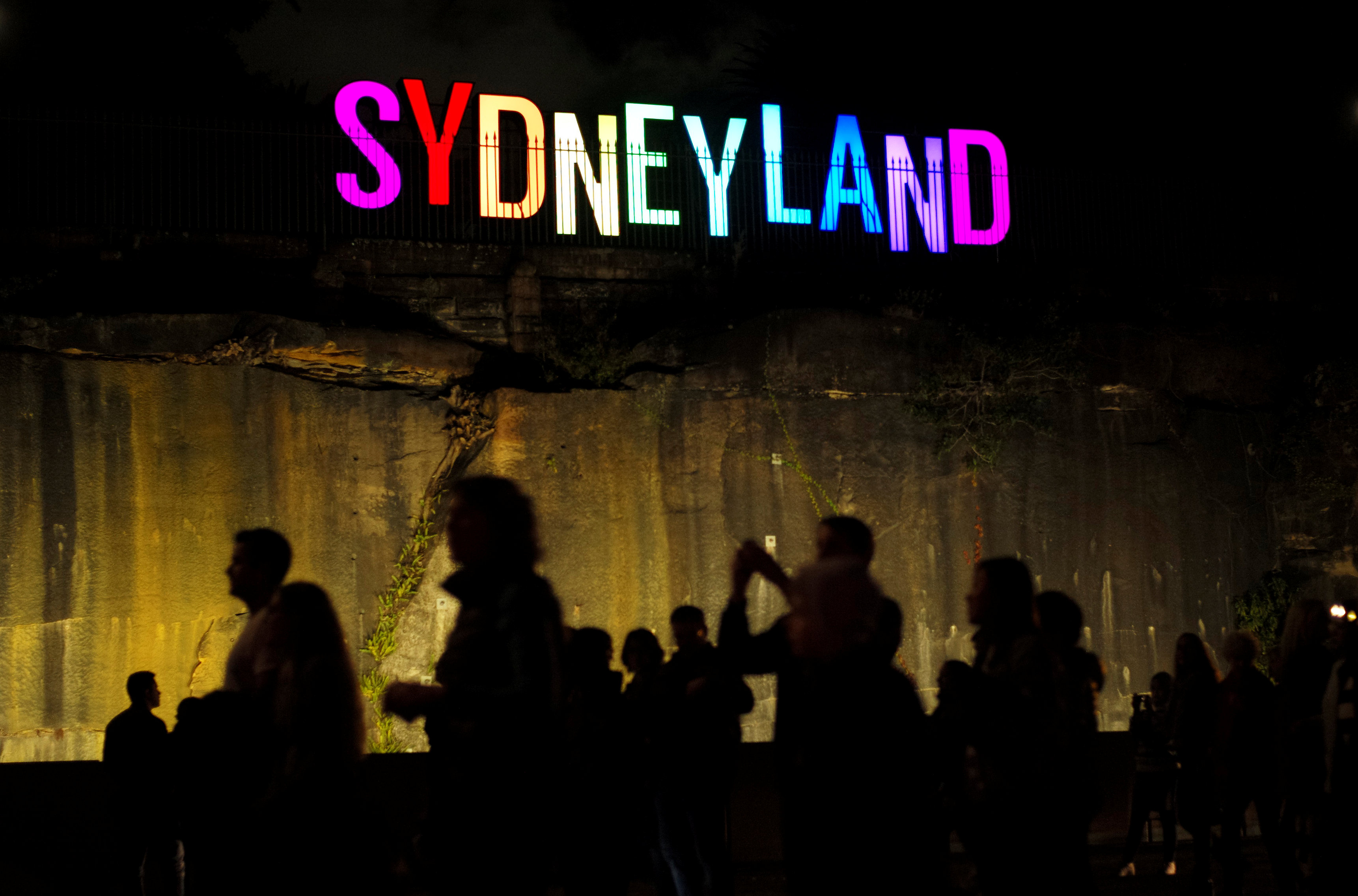اضاءات زاهية ترسم سيدنى لاند على الجدران