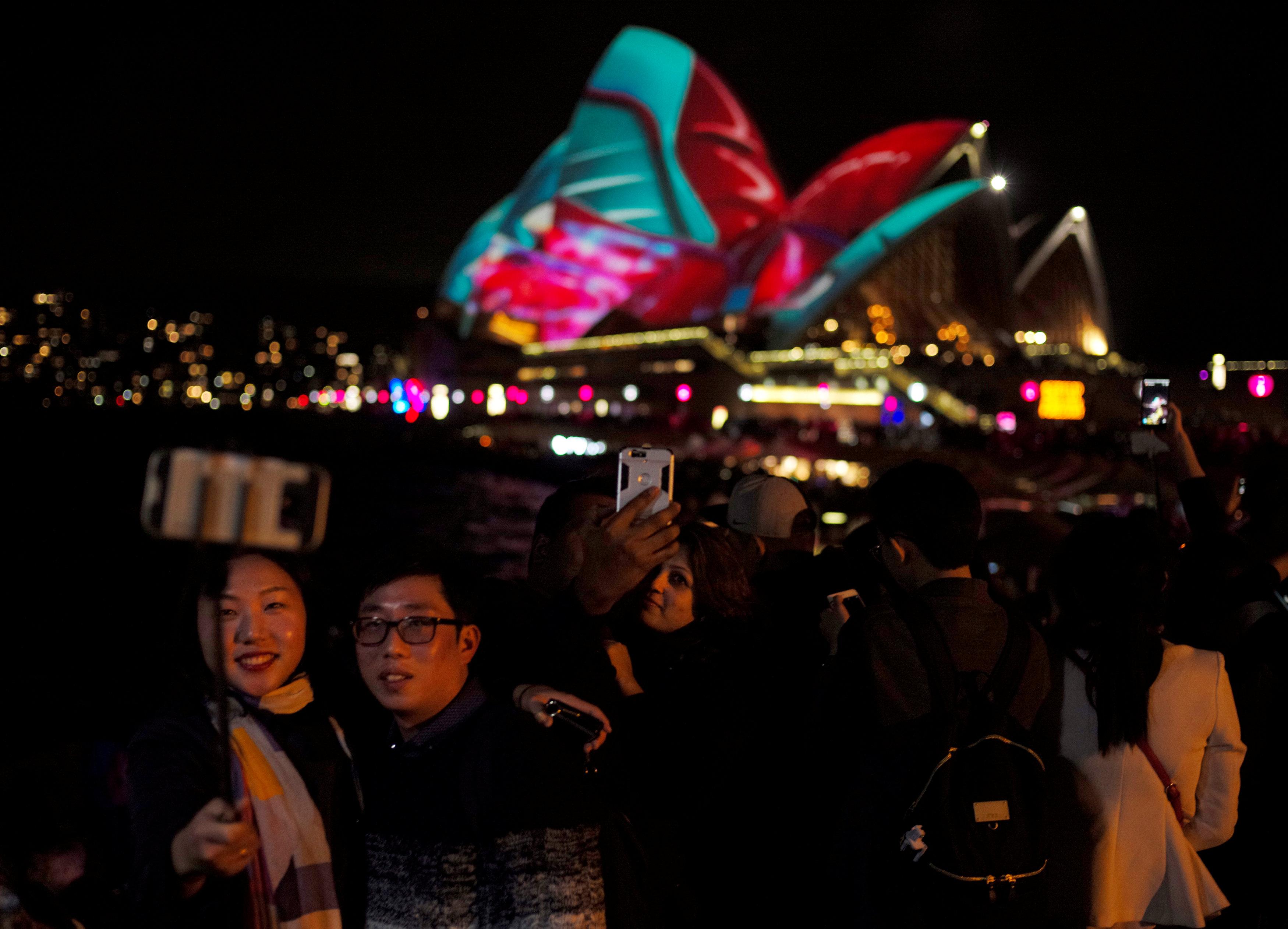 محتفلون يلتقطون صور سيلفى فى مهرجان سيدنى