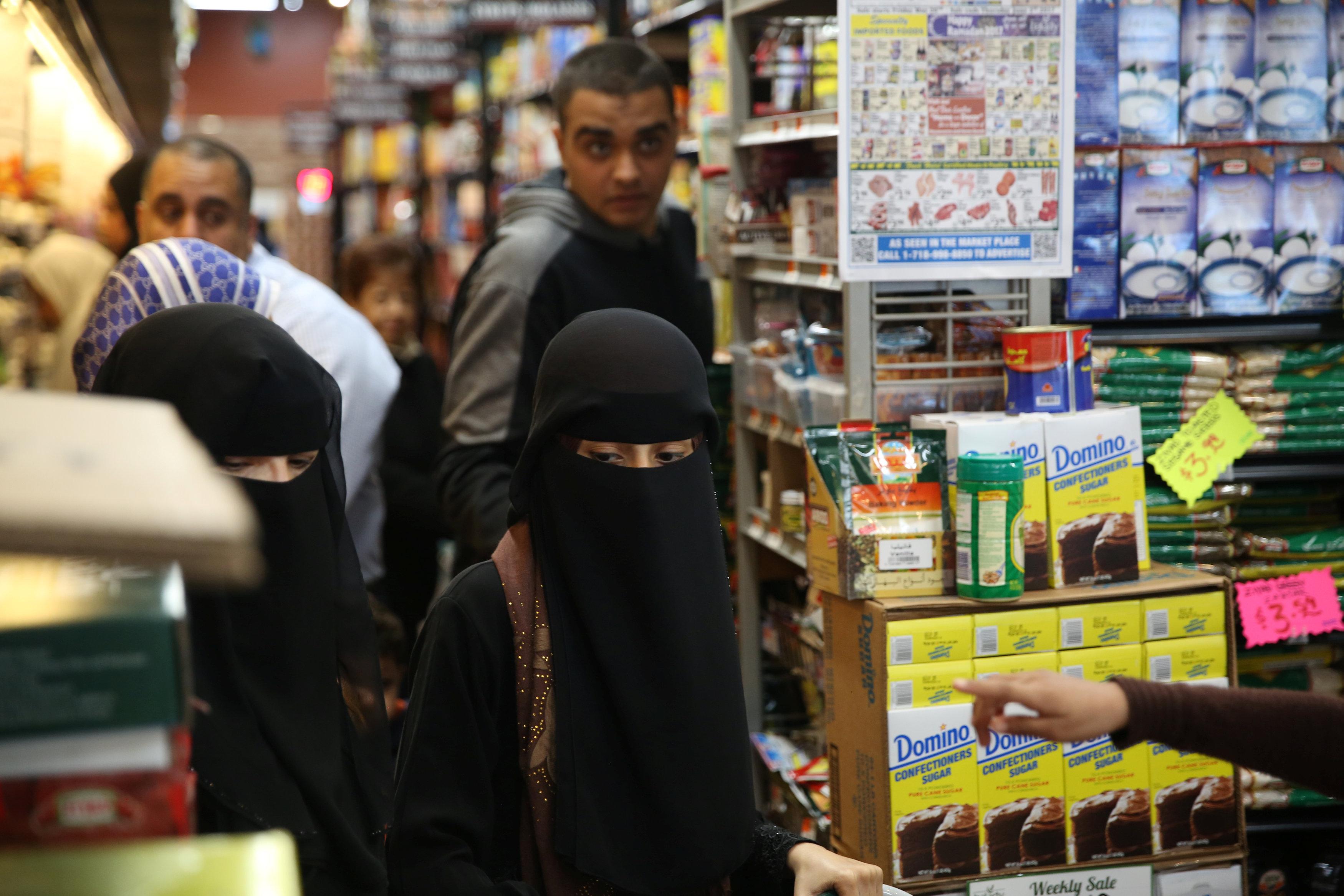 منتقبات يشترين احتياجاتهن استعدادا لشهر رمضان فى أمريكا