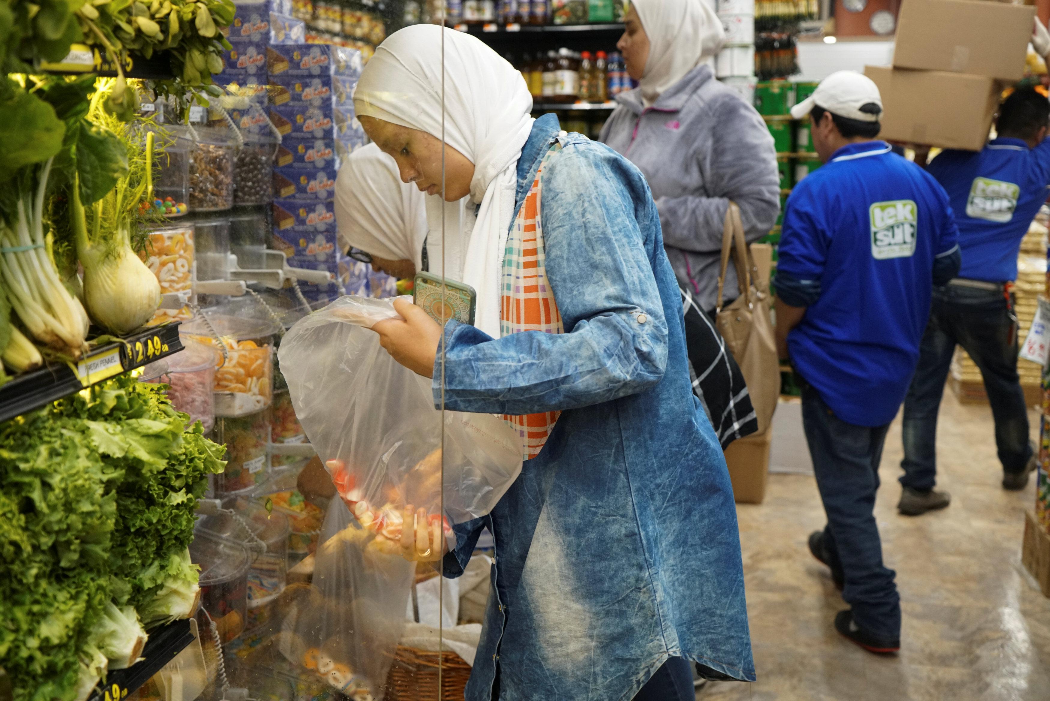 سيدة تشترى خضراوات فى أمريكا