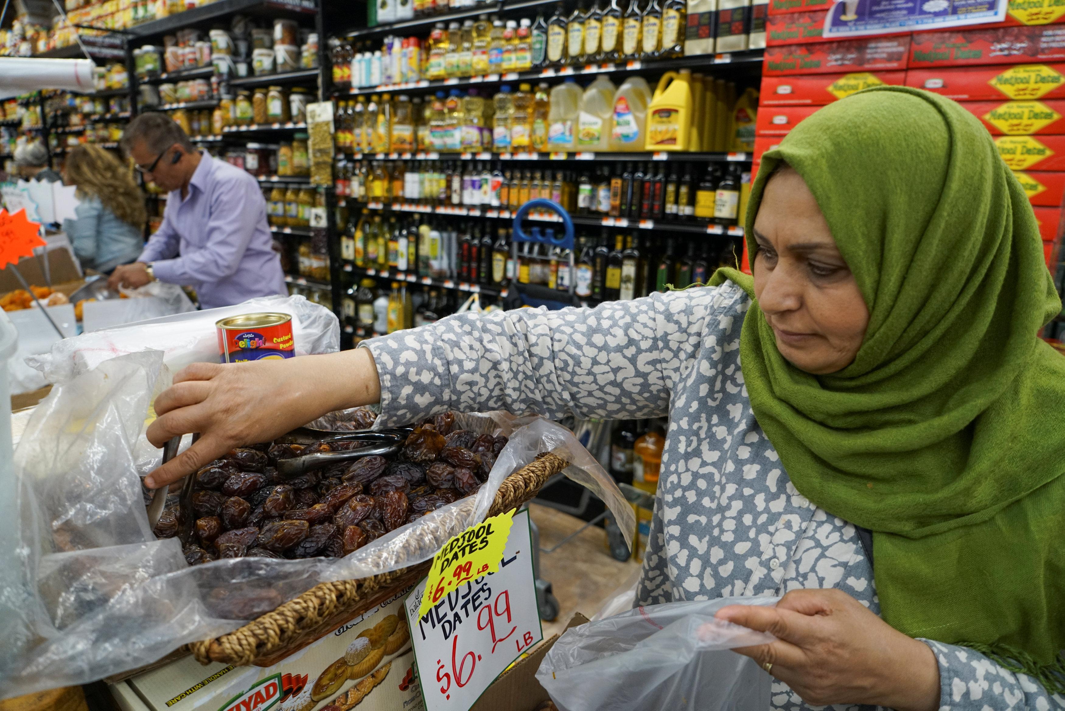 سيدة مسلمة تشترى التمر من متجر فى أمريكا