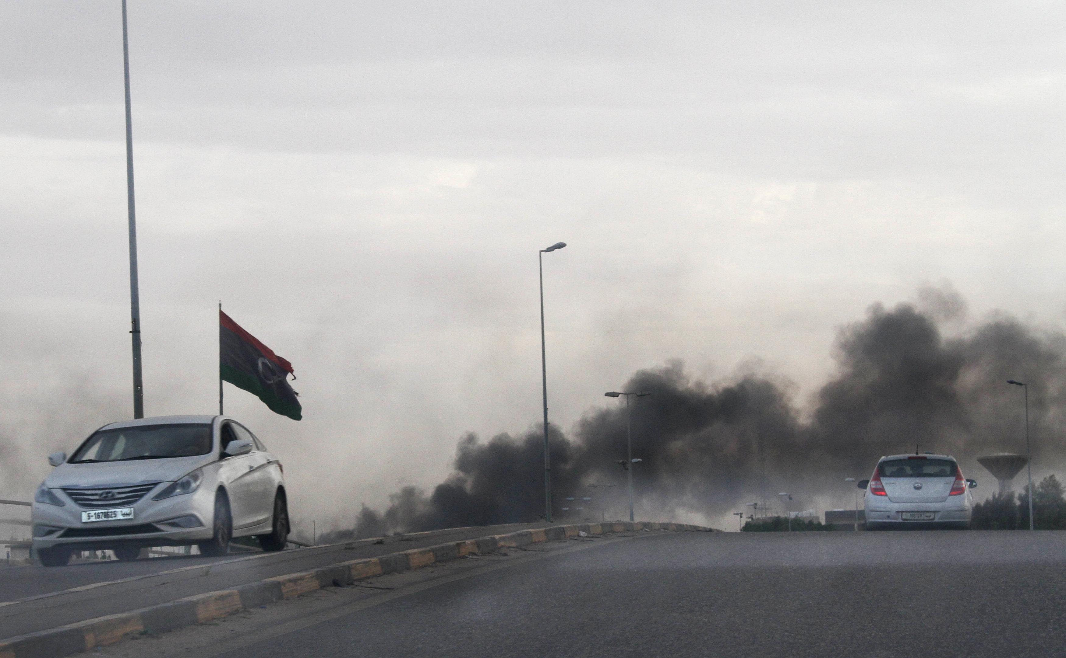 انبعاث الدخان فى طرابلس بعد اشتباكات بين المسلحين