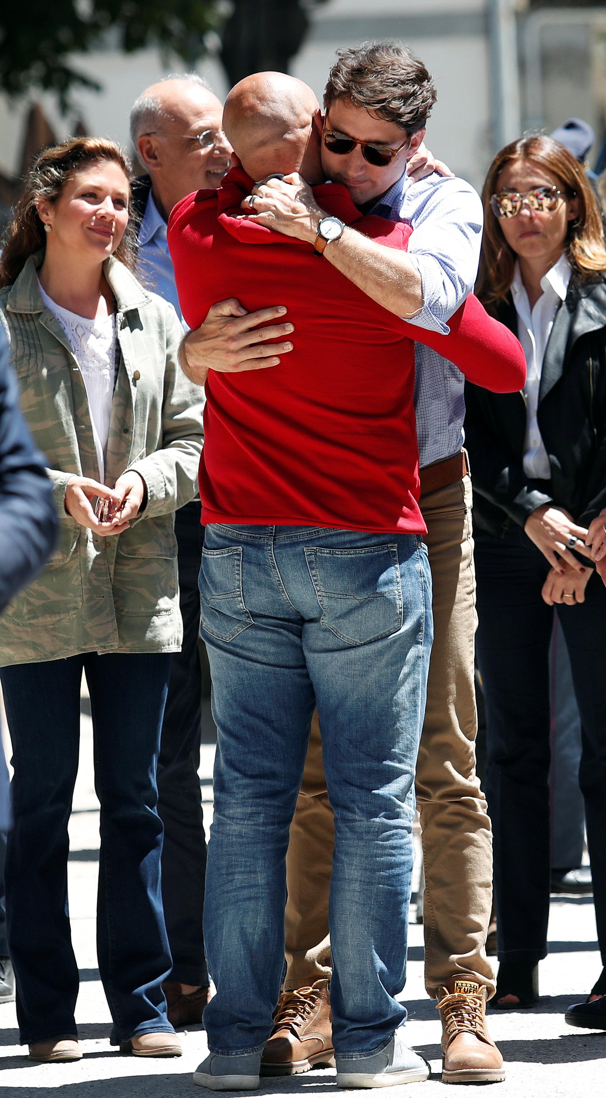 بالصور.. رئيس وزراء كندا وزوجته يزوران مدينة إيطالية دمرها الزلزال بالكامل