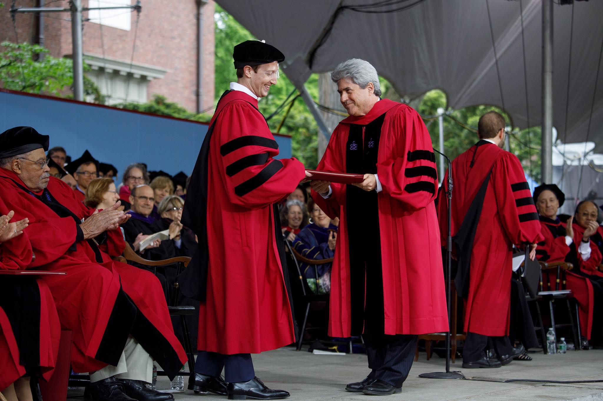 لحظة استلام شهادة التخرج