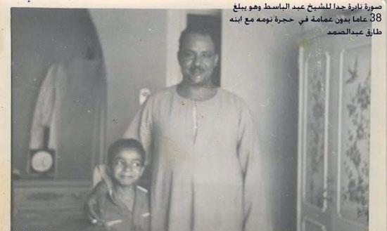طارق عبد الباسط مع والده فى المنزل