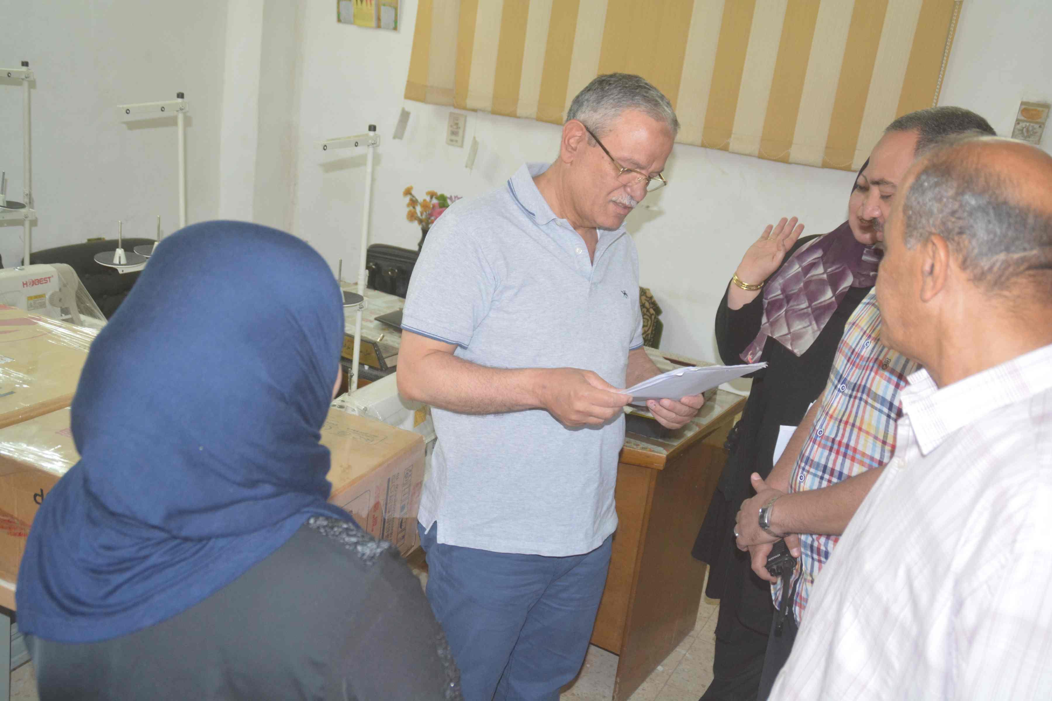 محافظ المنيا يسلم ماكينات خياطة وتجهيزات بقاله لسيدات معيلات  (1)