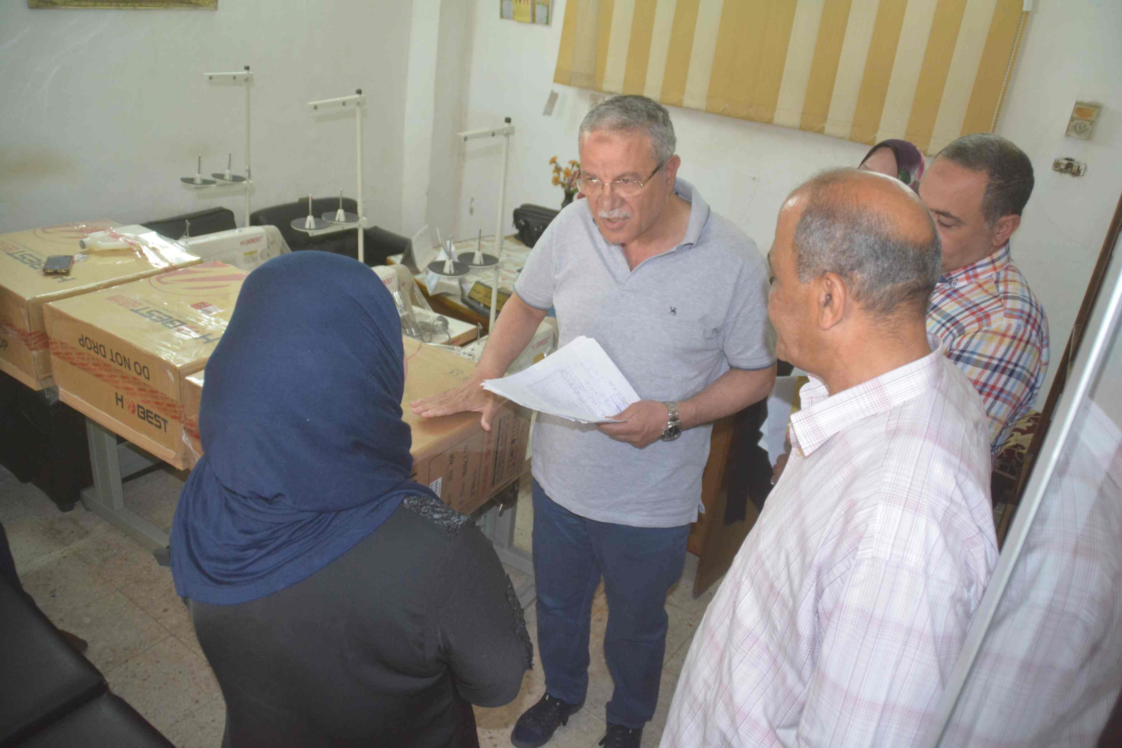 محافظ المنيا يسلم ماكينات خياطة وتجهيزات بقاله لسيدات معيلات  (2)