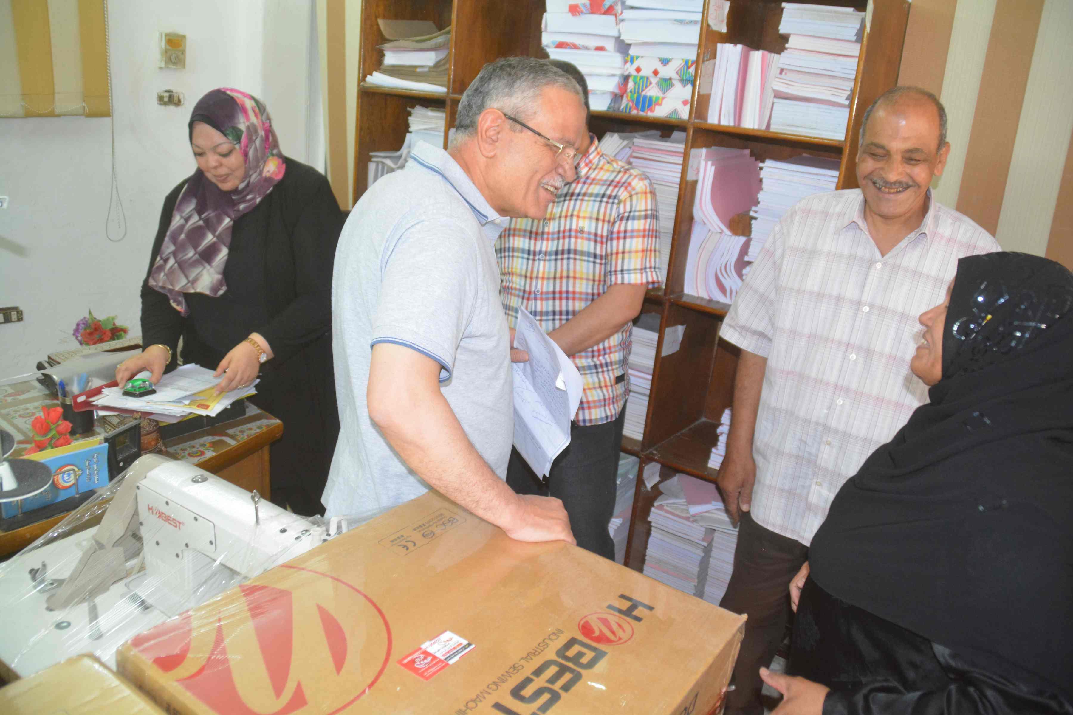 محافظ المنيا يسلم ماكينات خياطة وتجهيزات بقاله لسيدات معيلات  (3)