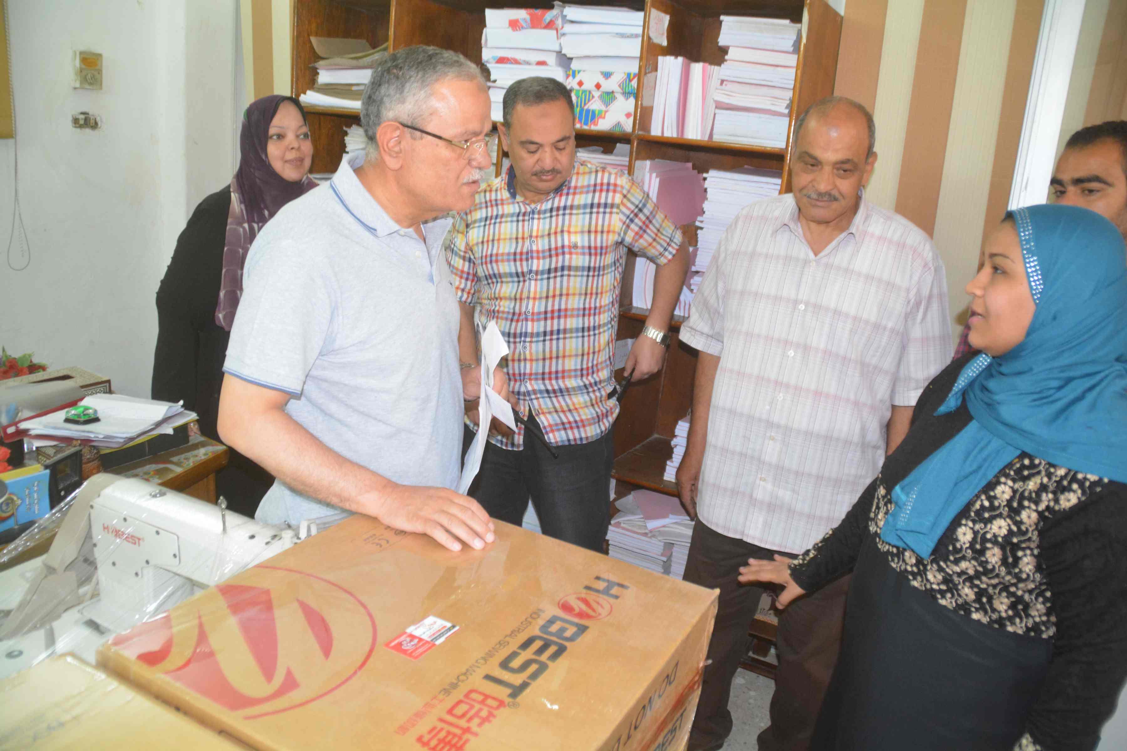 محافظ المنيا يسلم ماكينات خياطة وتجهيزات بقاله لسيدات معيلات  (4)