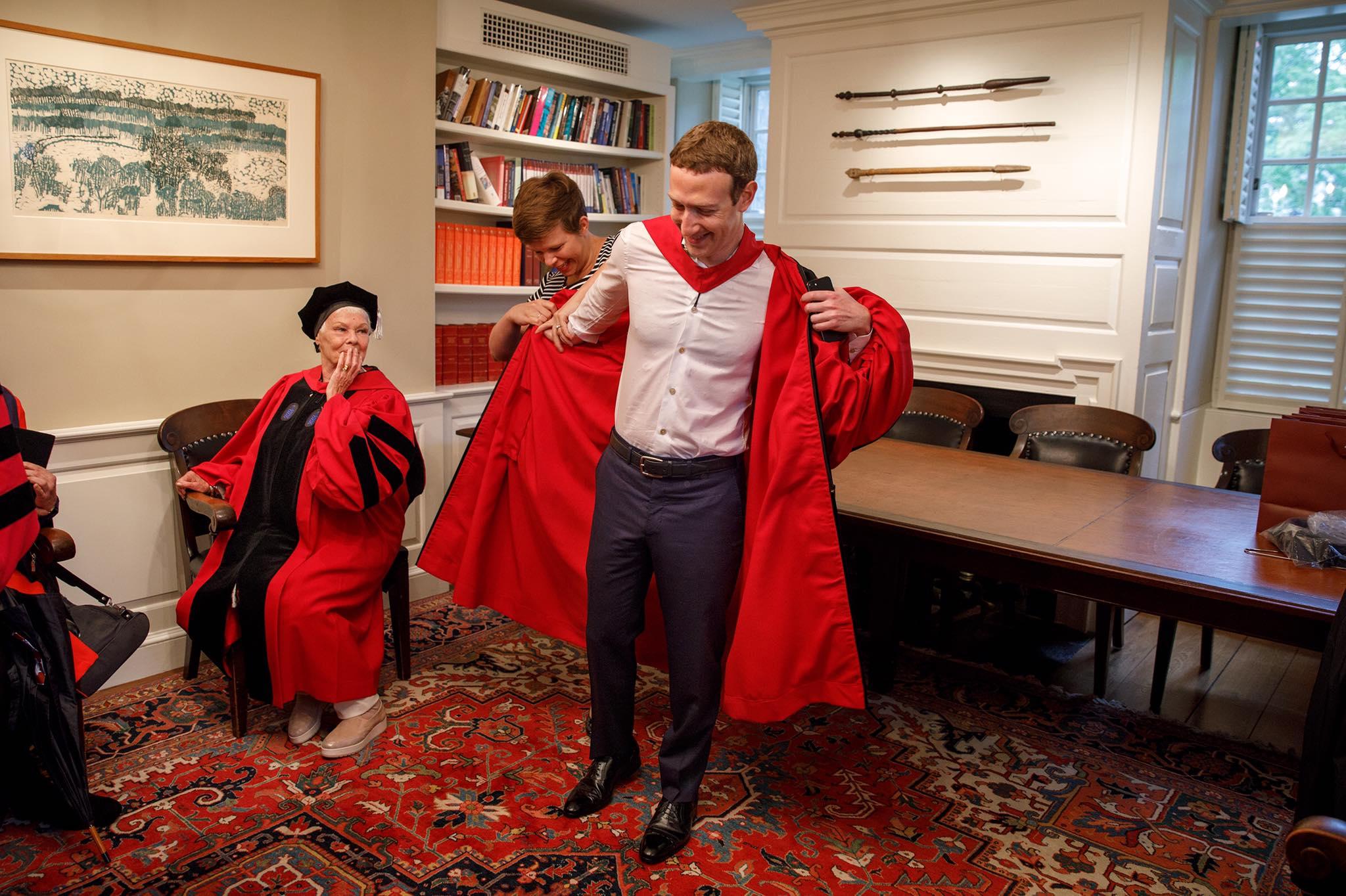 مارك يرتدى روب التخرج