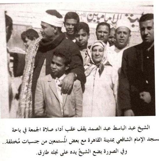 طارق عبد الباسط مع والده عقب صلاة الجمعة بمسجد الإمام الشافعى
