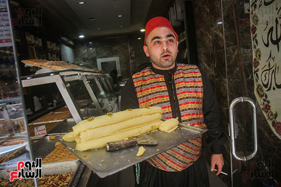 أحد البائعى الحلويات السورية