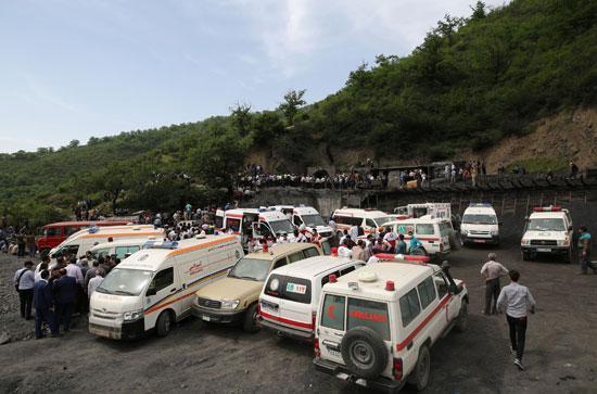 تجمع-عمال-الانقاذ-حول-الحادث