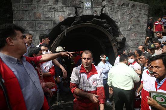 محاولات-عمال-الانقاذ-اخماد-الحريق