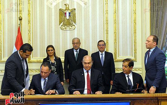 توقيع اتفاقية تسوية بين سونكر و اقتصادية قناة السويس (5)