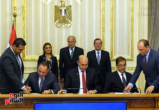توقيع اتفاقية تسوية بين سونكر و اقتصادية قناة السويس (3)