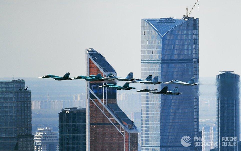 الطائرات الروسية تحلق فى سماء موسكو