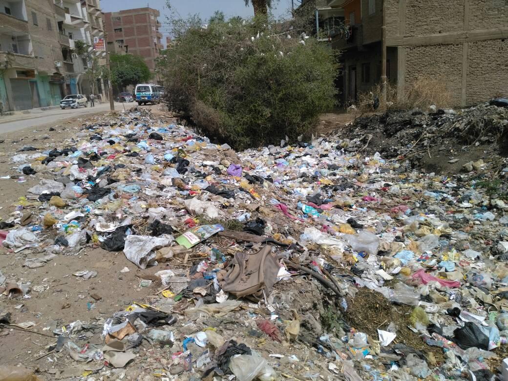 القمامة فى شارع الصرف بسوهاج