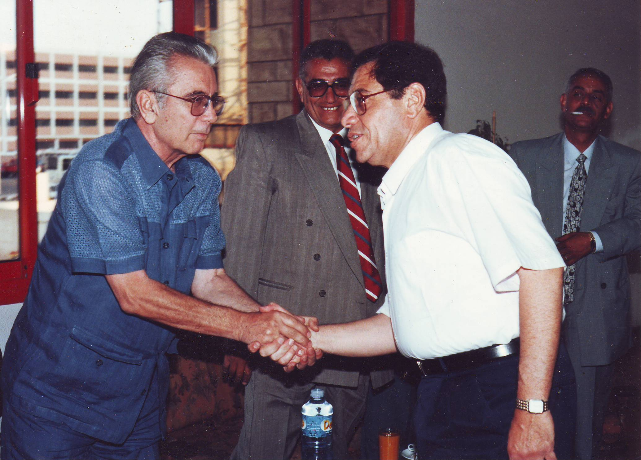 رئيس الأهلى التاريخى يصافح المستشار عبد المجيد محمود النائب العام الأسبق
