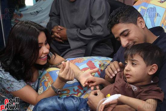شيرين عبد الوهاب تداعب أحد اطفال مرضى السرطان