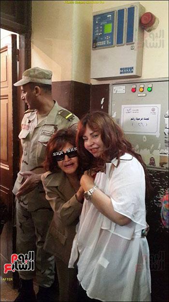 مع ابنتها الوحيدة غادة نافع تقوم بالمشاركة فى الانتخابات الرئاسية