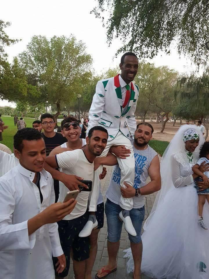 المصريون يحملون العريس