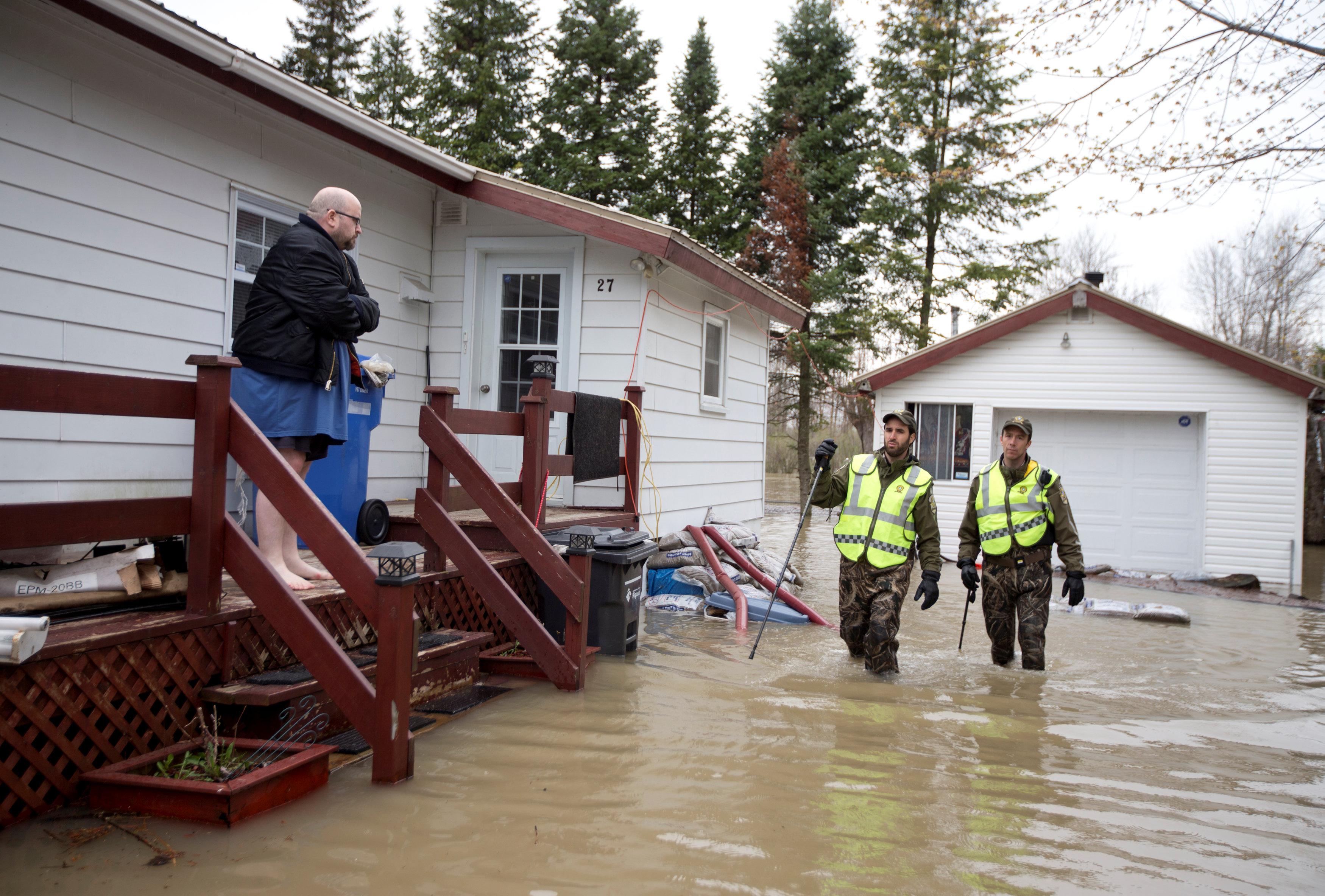 منازل غمرتها مياه الفيضانات