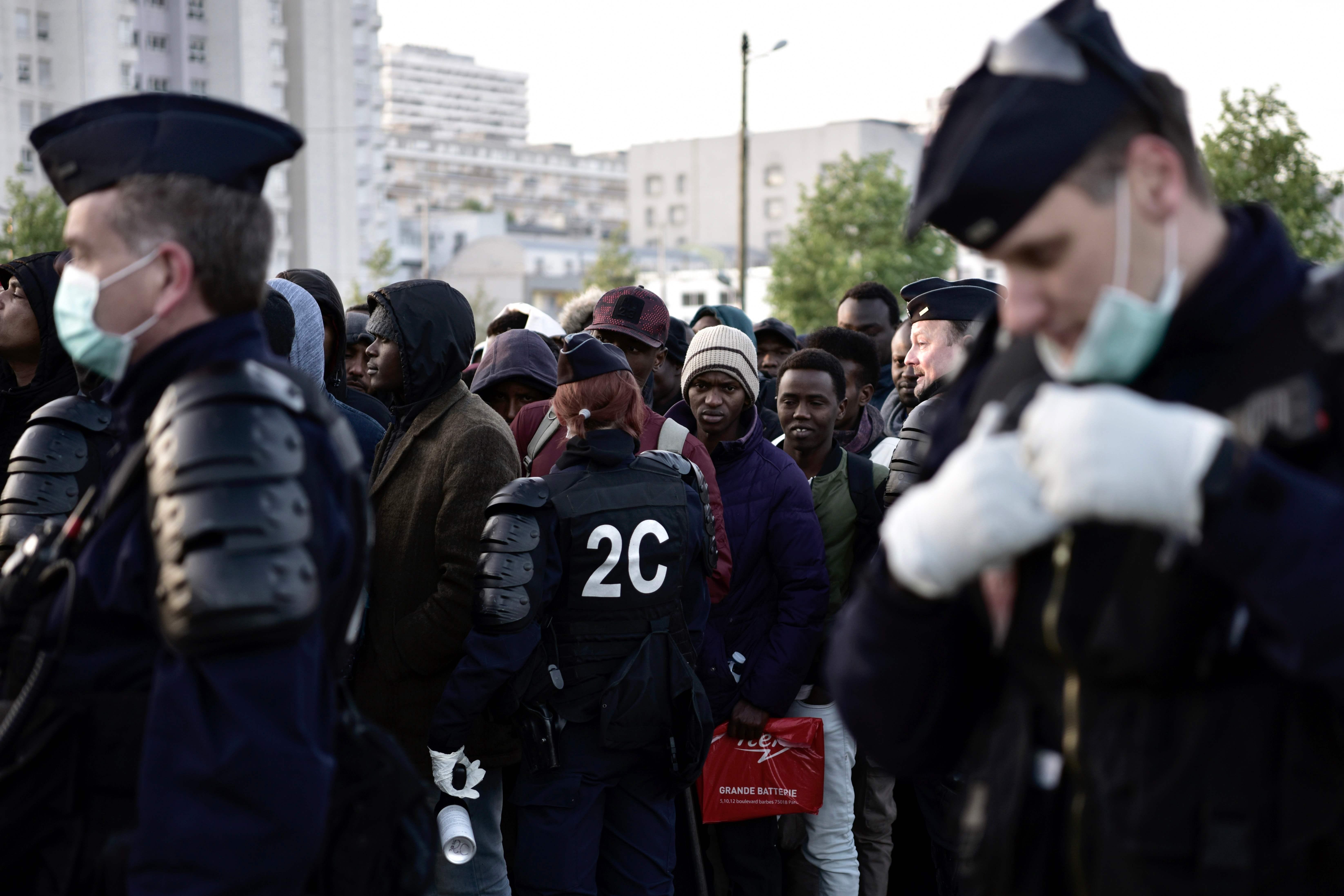 الشرطة الفرنسية تشرف على اخلاء مخيم للاجئين