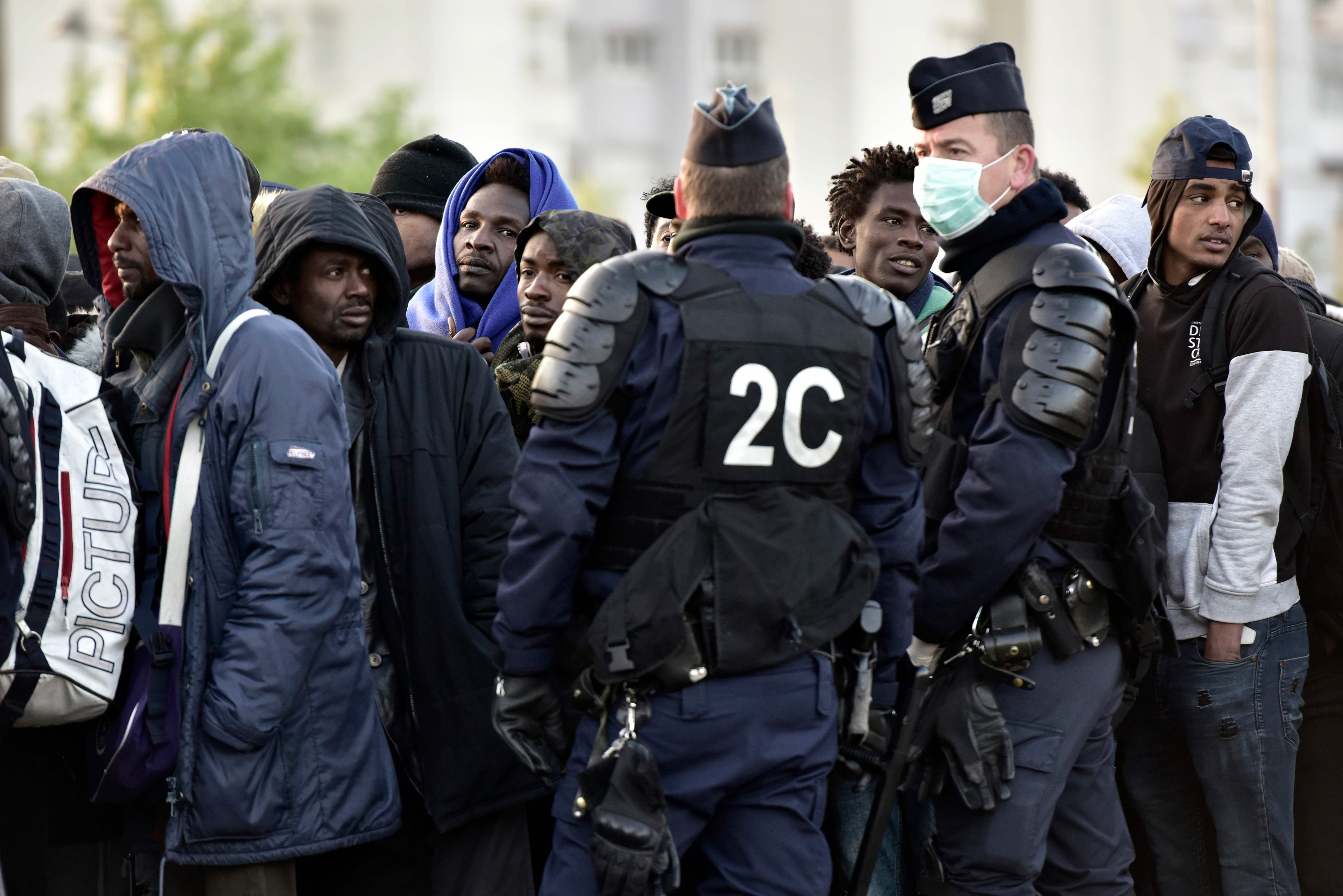 اجراءات اخلاء مخيم للاجئين فى باريس