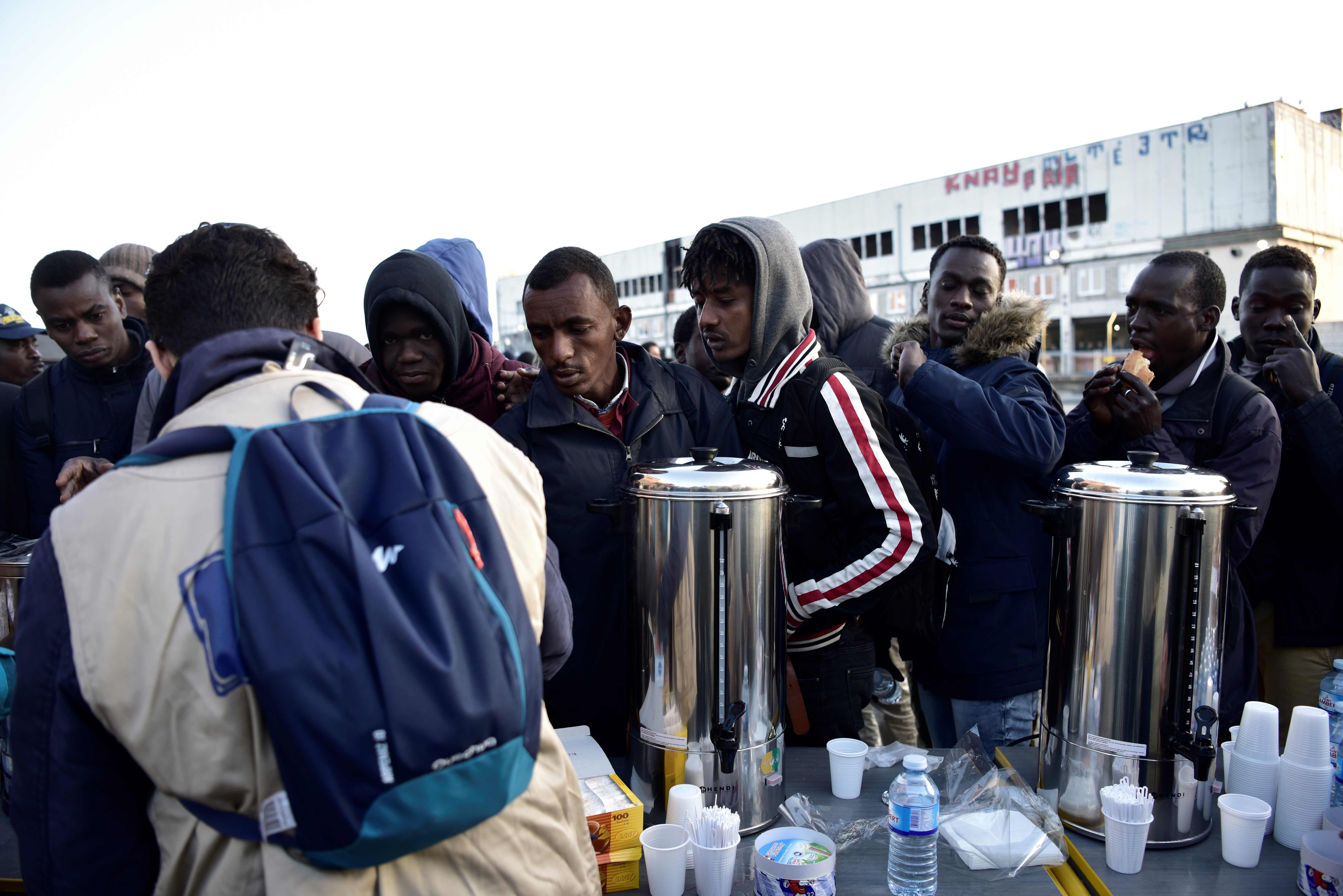 تقديم مشروبات ساخنة للاجئين فى مخيم بباريس