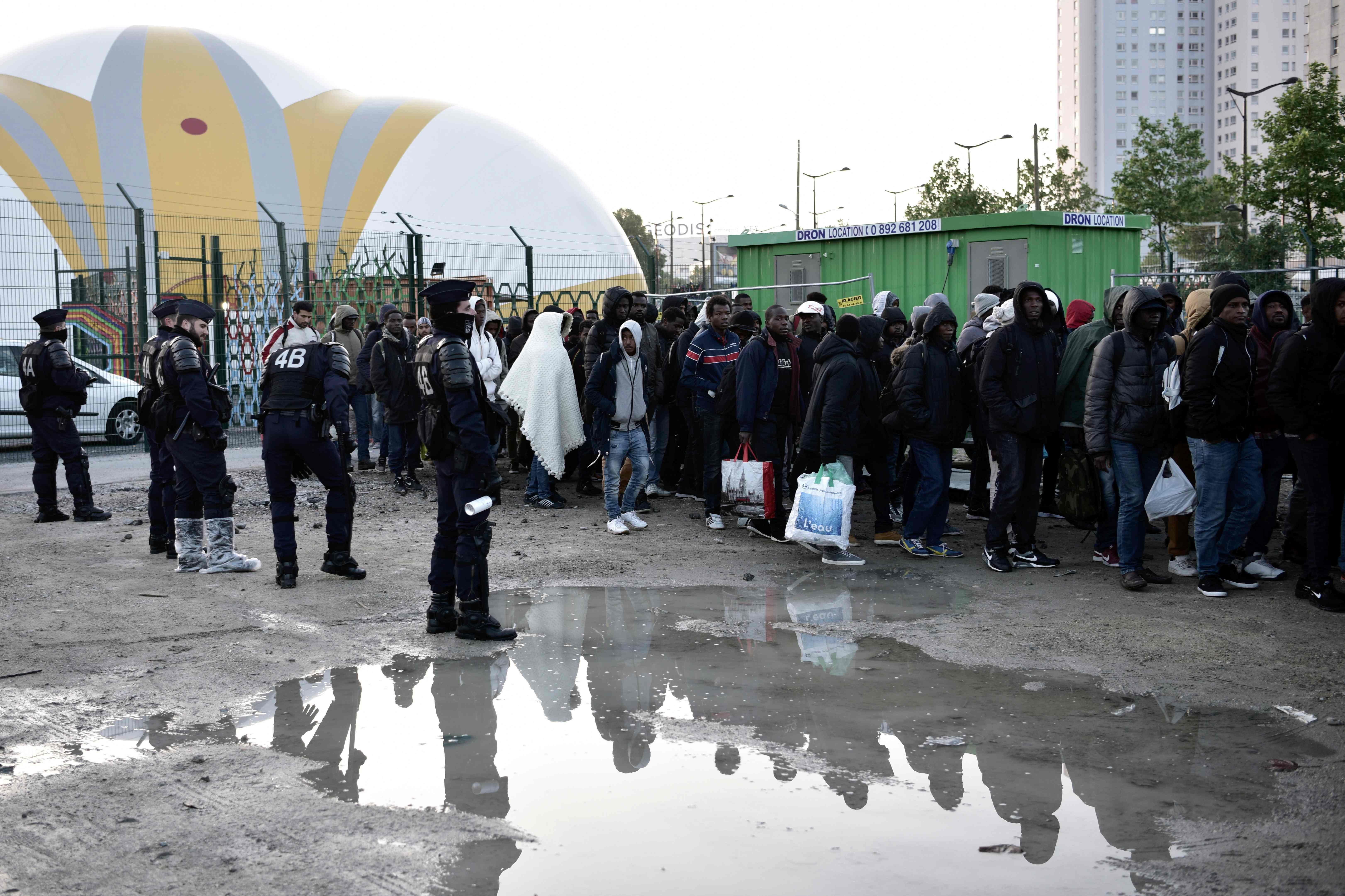 مئات اللاجئين يخرجون من مخيم فى باريس