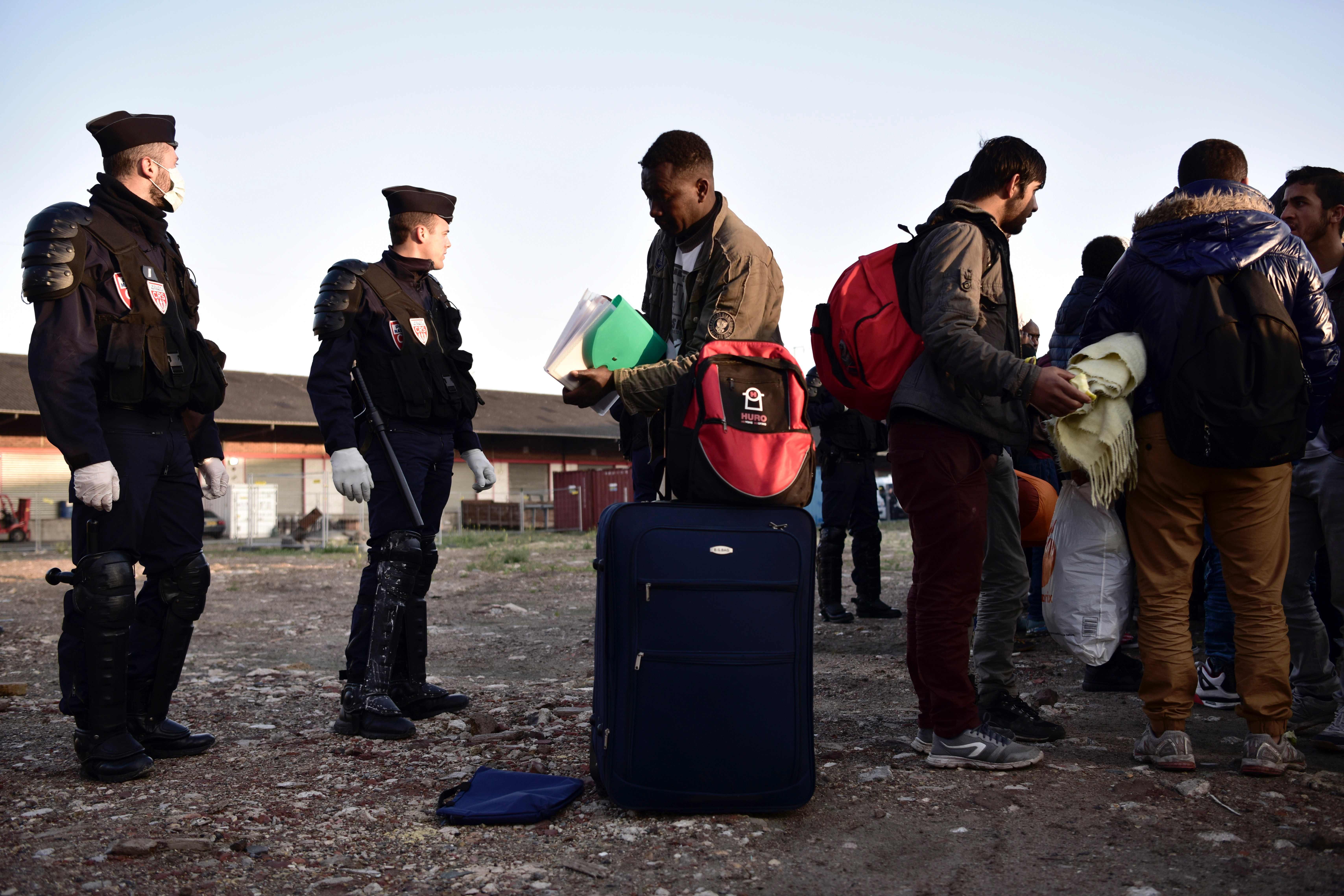 الشرطة الفرنسية تخلى مخيم للاجئين بباريس