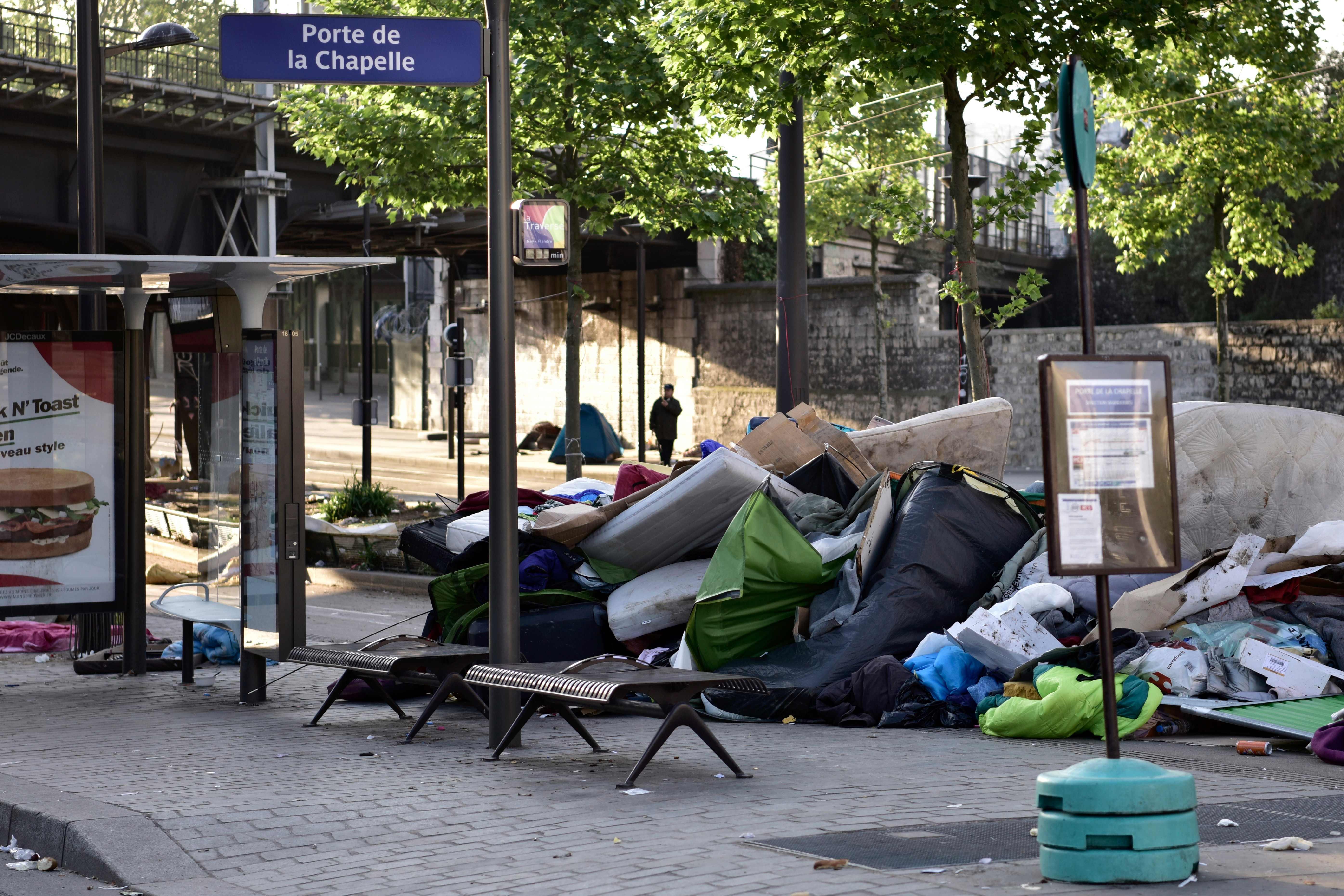 مخلفات مخيم للاجئين فى باريس عقب اخلائه