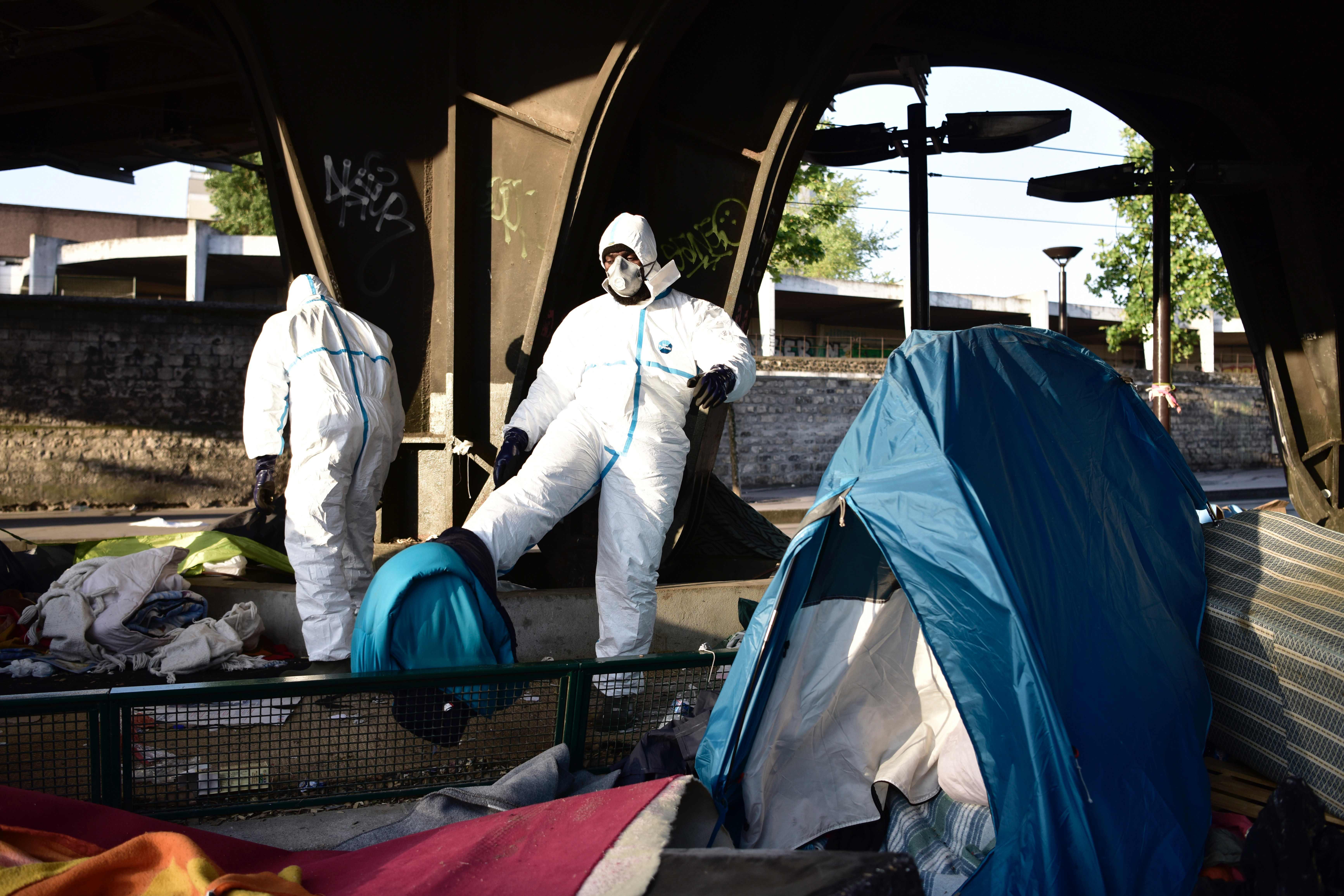 عملية اخلاء مخيم للاجئين فى باريس
