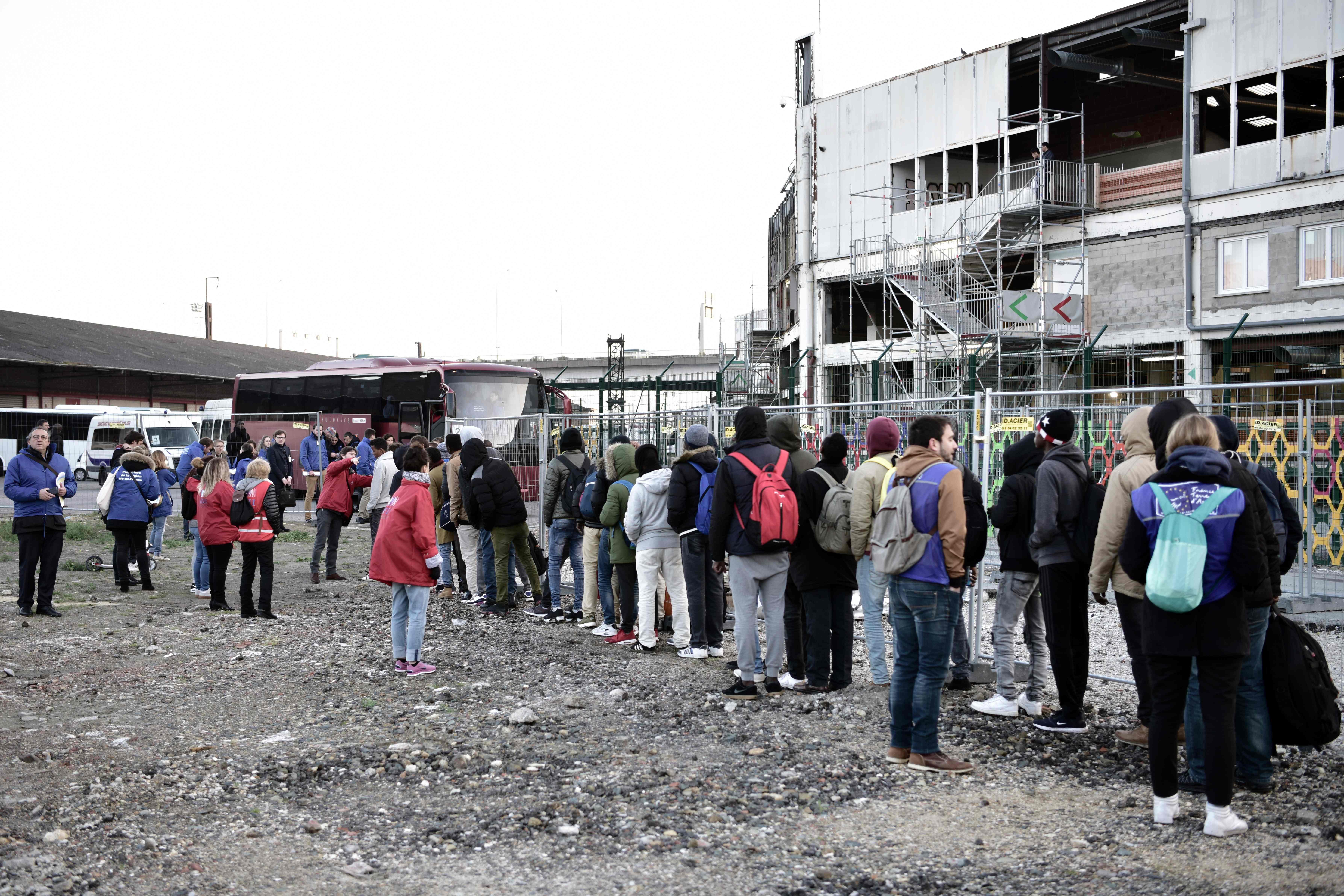 اخلاء مخيم للاجئين فى باريس