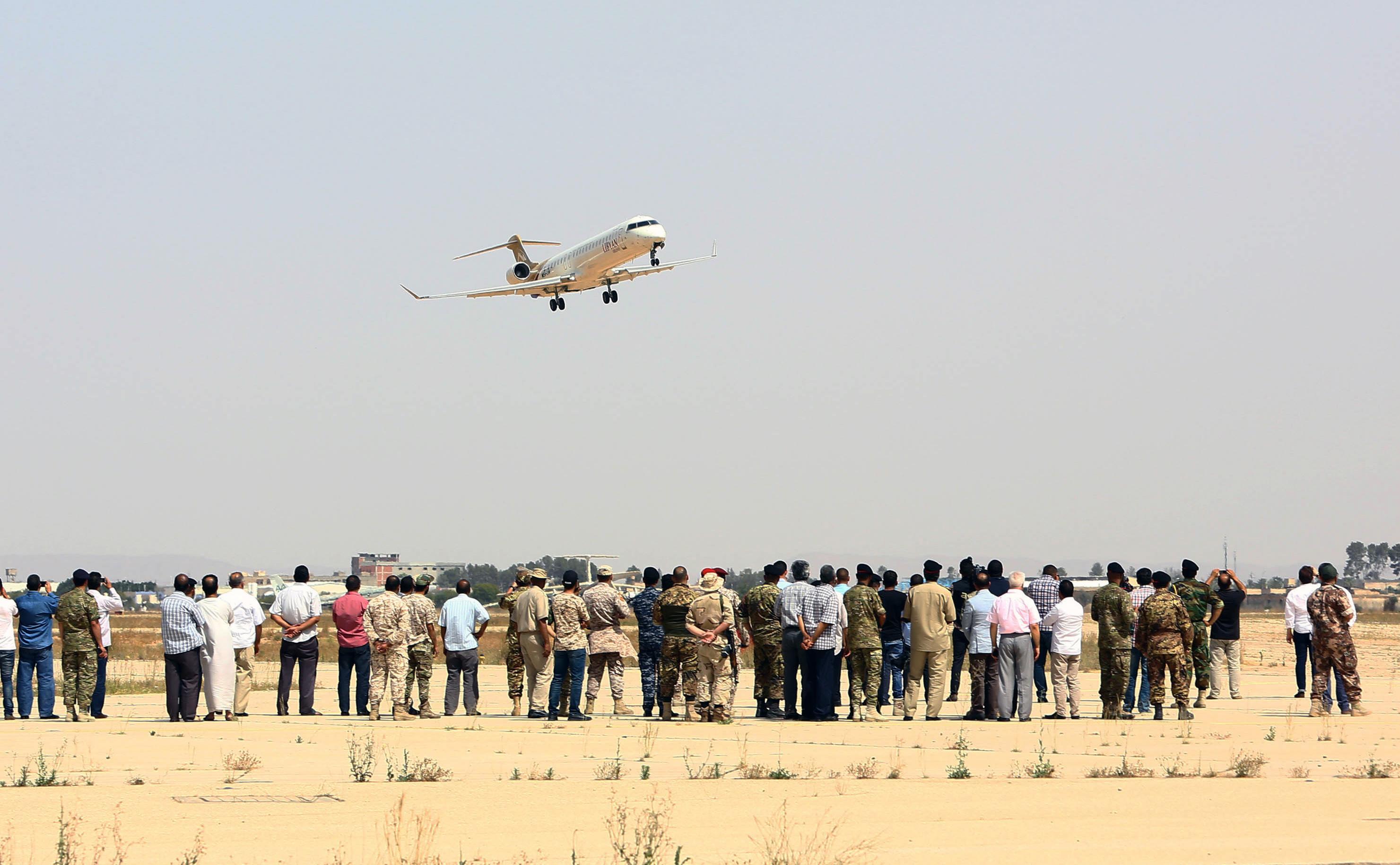 طائرة تابعة للخطوط الجوية الليبية تطير فوق مطار طرابلس الدولى