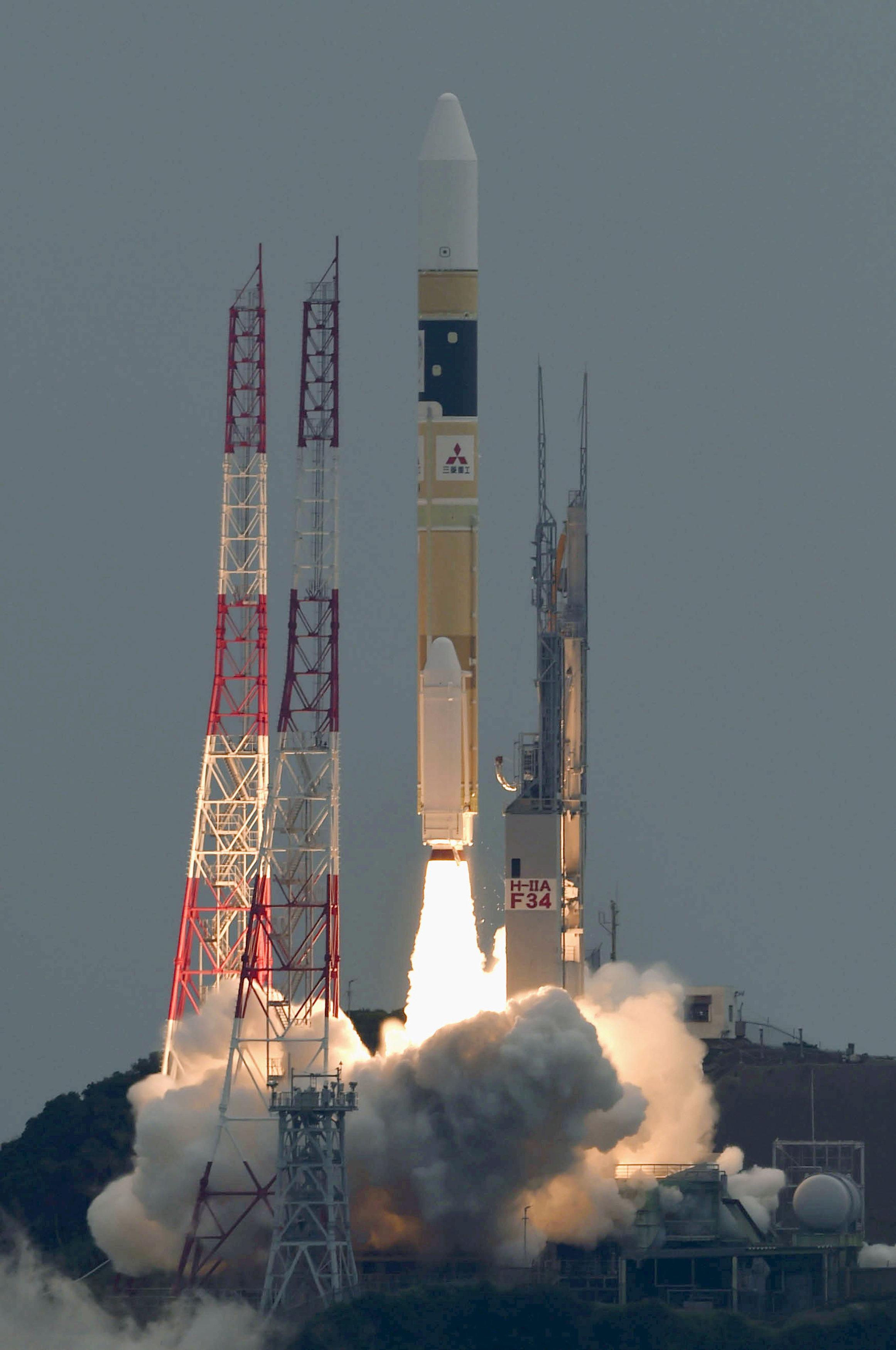 إطلاق صاروخ يحمل أقمارا صناعية