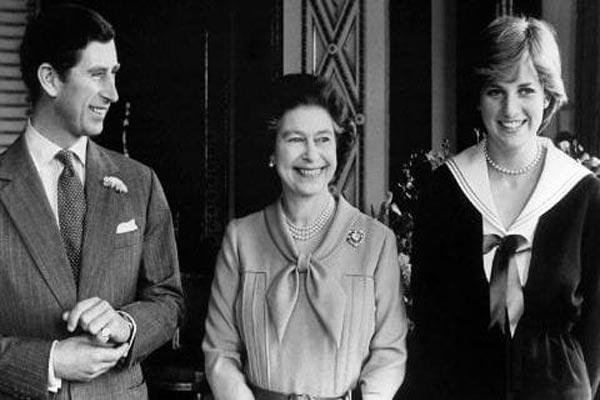 عامًا وفاة الأميرة ديانا.. كواليس 37900-الملكة-إليزابيث-مع-الأمير-تشارلز-وخطيبته-حينها-ديانا-في-قصر-باكنغهام.jpg