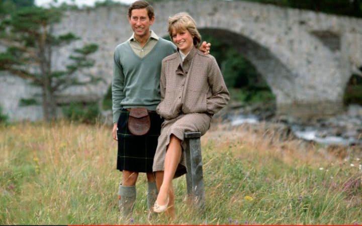 عامًا وفاة الأميرة ديانا.. كواليس 42751-الأمير-تشارلز-واضعًا-يده-على-كتف-زوجته.jpeg