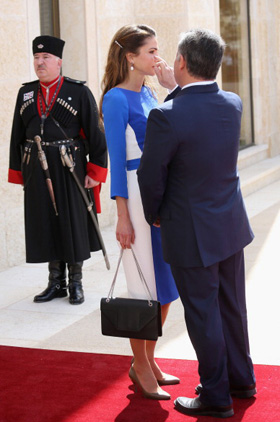 47b9de68c الملك عبدالله يساعد زوجته الملك عبدالله يساعد زوجته. الملكة رانيا والملك  عبدالله