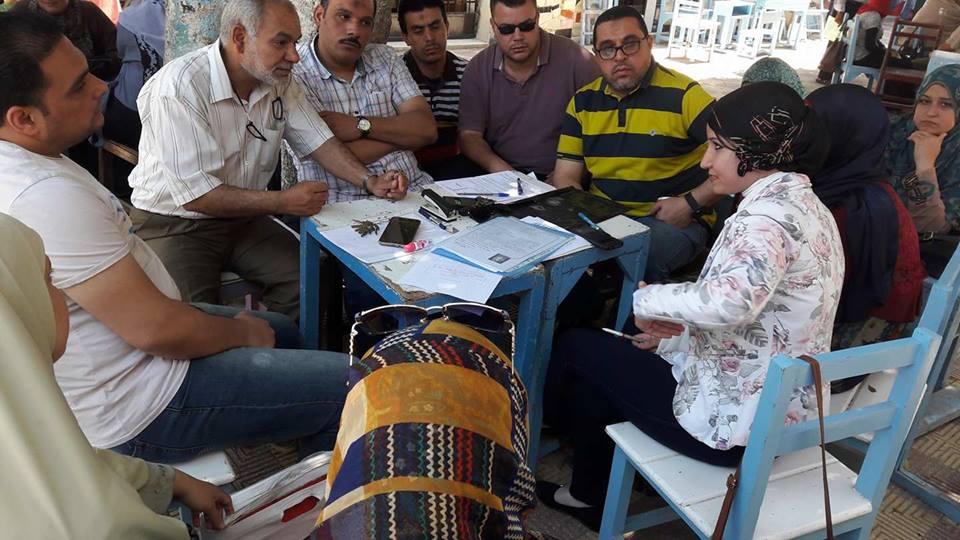 المدربة تجتمع مع العاملين بمدرسة اللغات بدسوق