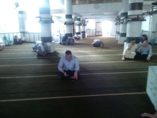 2--تردد-بعض-المصلين-على-مسجد-ابن-تيمية