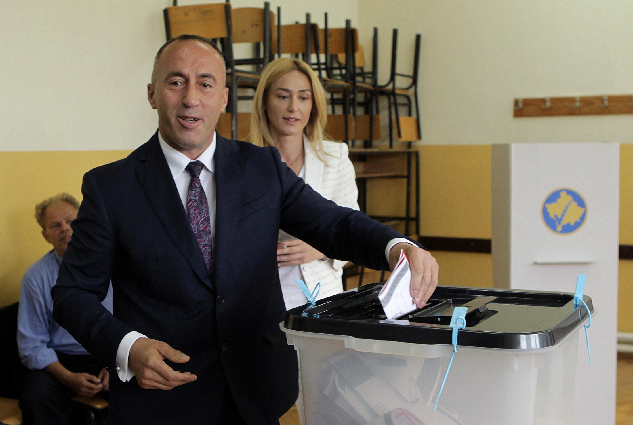 راموش هاراديناج المرشح لرئاسة وزراء كوسوفو يدلى بصوته