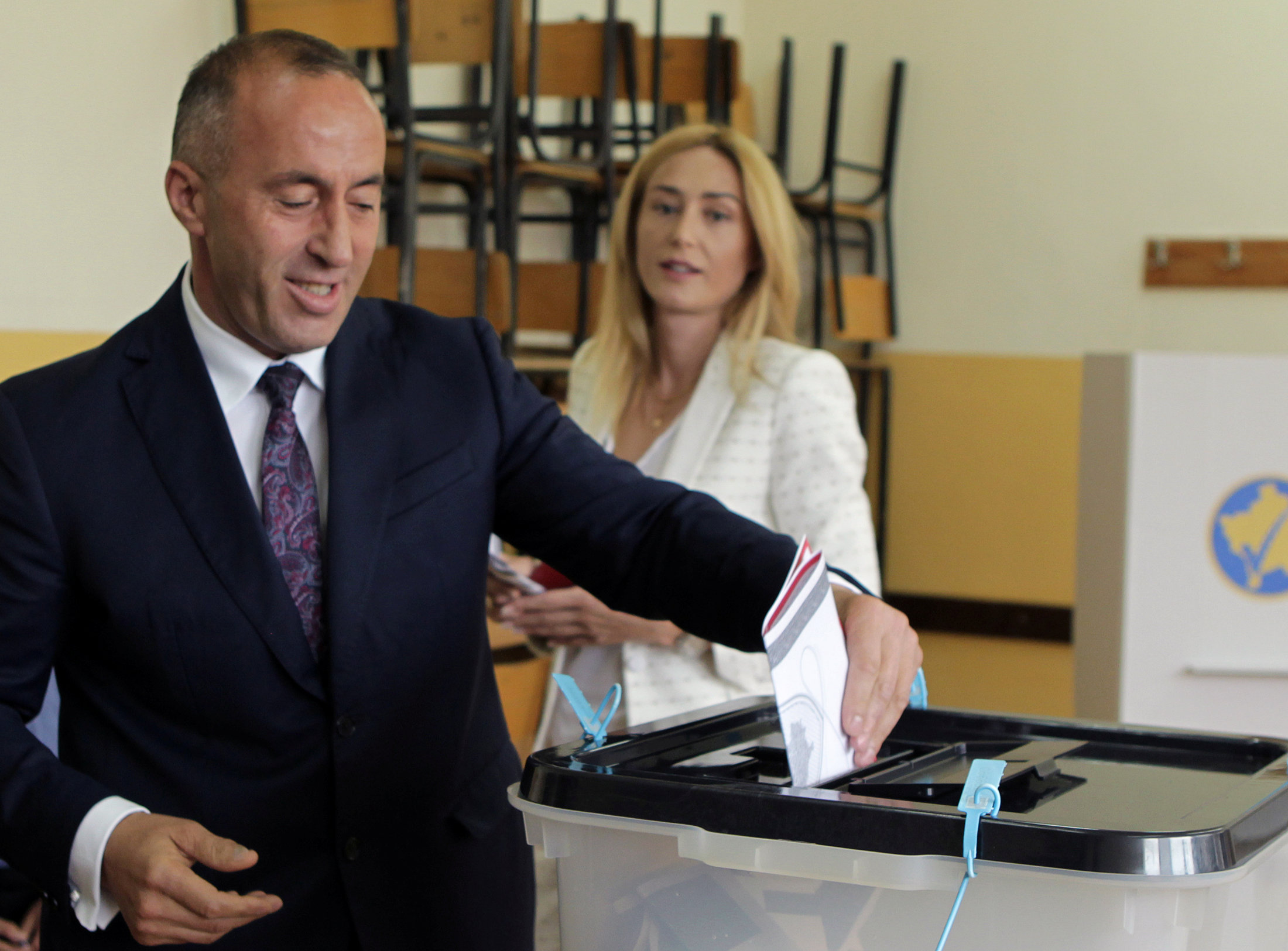 المرشح لرئاسة وزراء كوسوفو يدلى بصوته فى الانتخابات البرلمانية