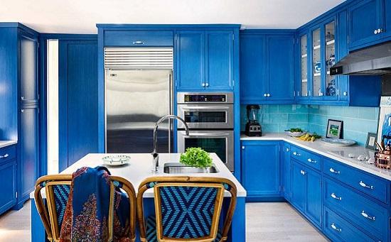 مطبخ مصمم باللون الأزرق