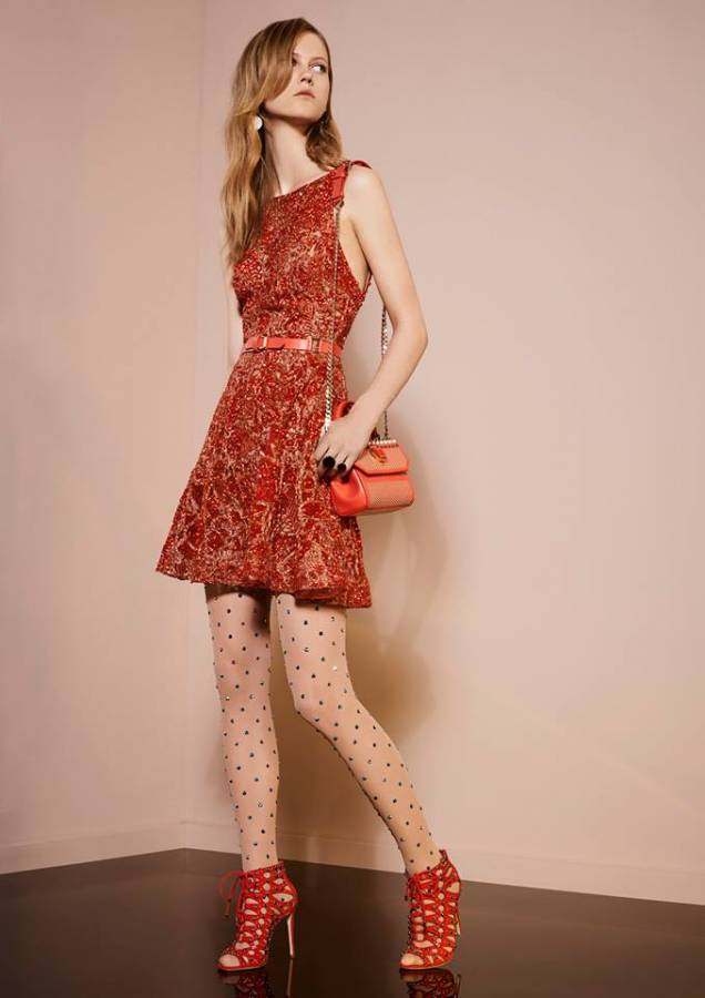 فستان أحمر مطرز