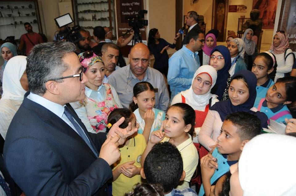 وزير الآثار يمنح الفائزين بمسابقة الإرادة المصرية تصريح  سنوى لزيارة المتاحف  (2)